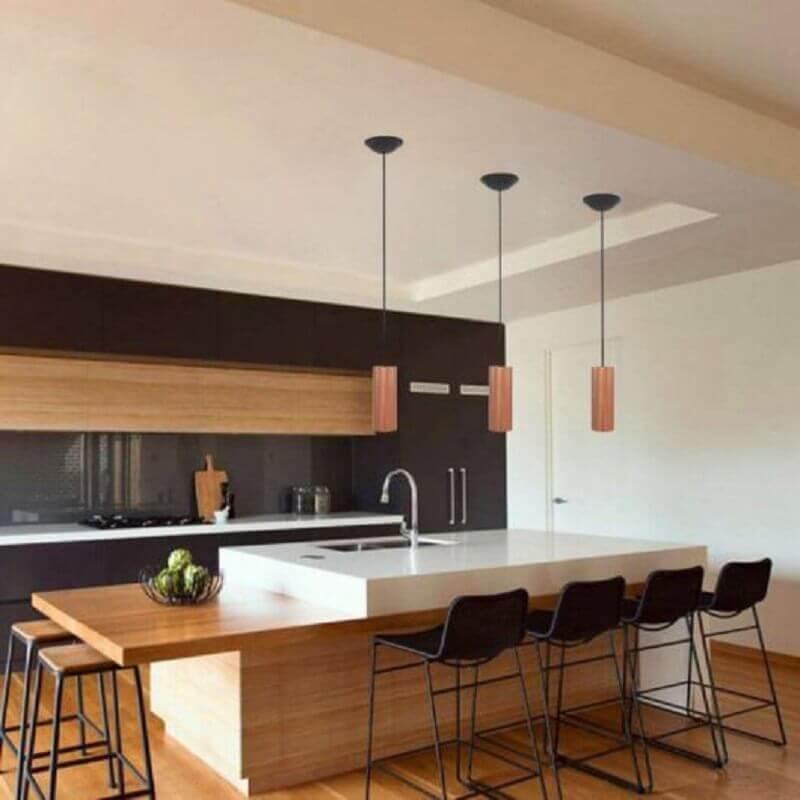 cozinha moderna planejada decorada com pendente de cobre cilíndrico Foto Webcomunica