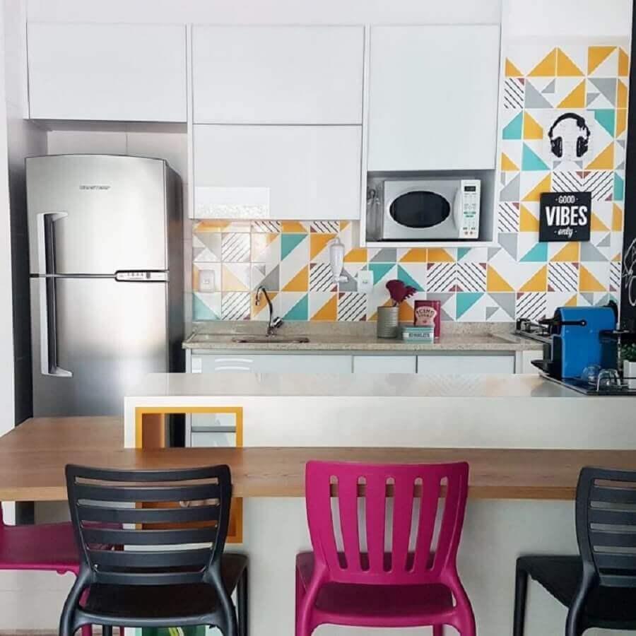 cozinha planejada com banquetas preta e rosa magenta Foto APB Arquitetura + Interiores