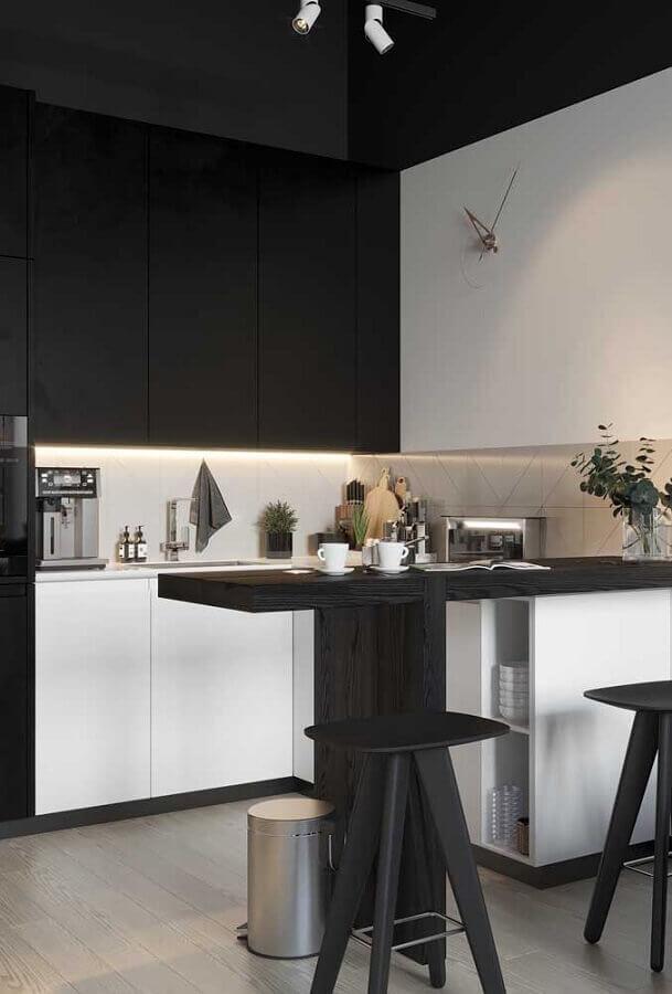 cozinha planejada preta e branca decorada com banquetas modernas Foto Pinterest