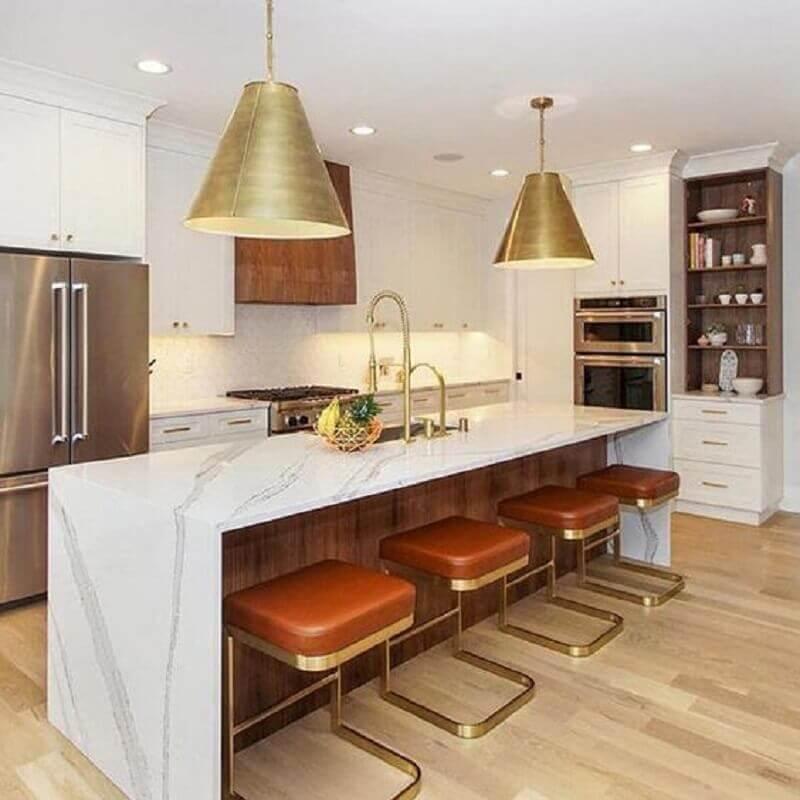 cozinha toda branca decorada com banquetas modernas com assento de couro e estrutura dourada Foto Pinterest