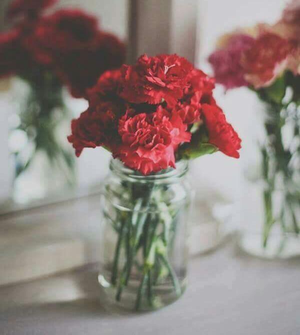 Cravo na decoração com flores vermelhas