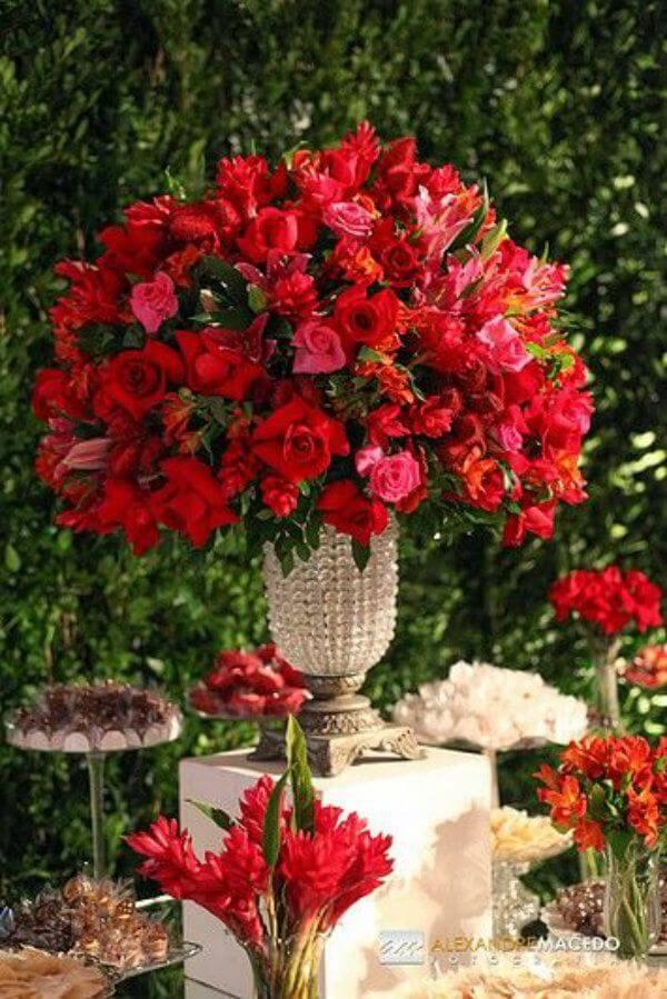 Cravos na decoração de casamento com flores vermelhas