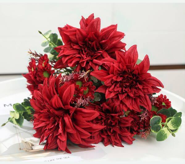Flores vermelhas do tipo dália negra