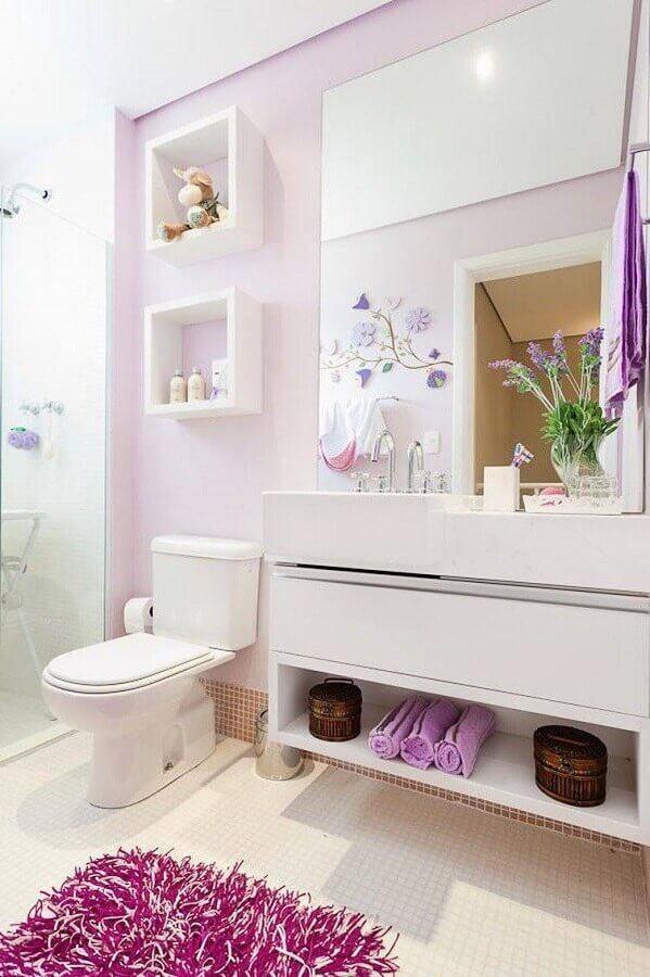 decoração banheiro de apartamento branco e lilás com nichos Foto Wood Save