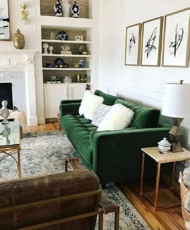 decoração clássica para sala decorada com sofá verde de veludo Foto Article