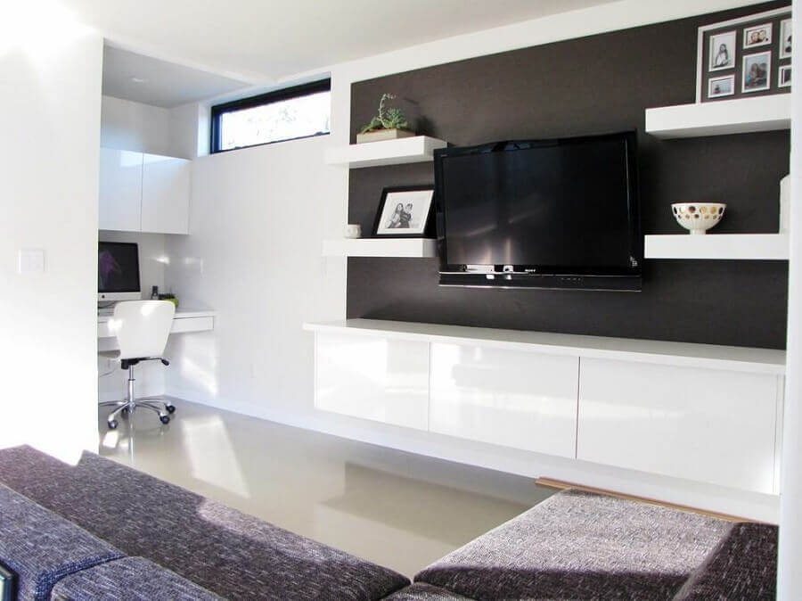decoração clean com rack com painel preto e branco Foto HomeDit