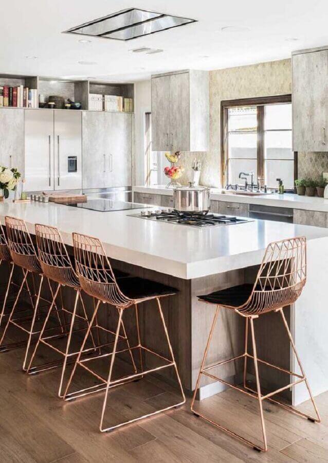 decoração com banquetas modernas aramadas para cozinha com cooktop em ilha Foto Ideias Decor