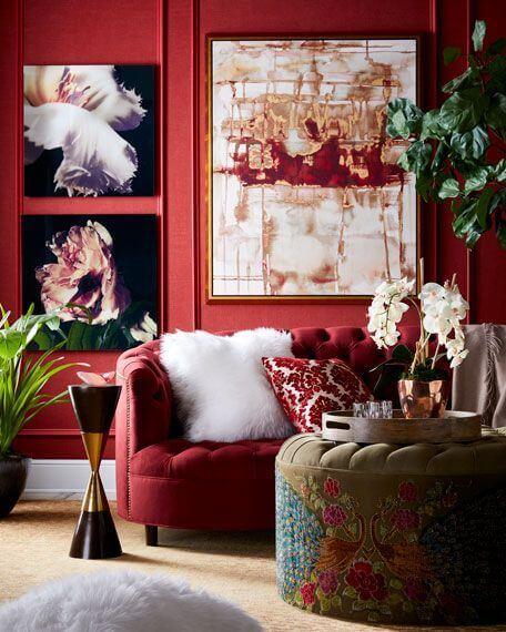 Decoração de sala vermelha com parede e sofá da mesma cor