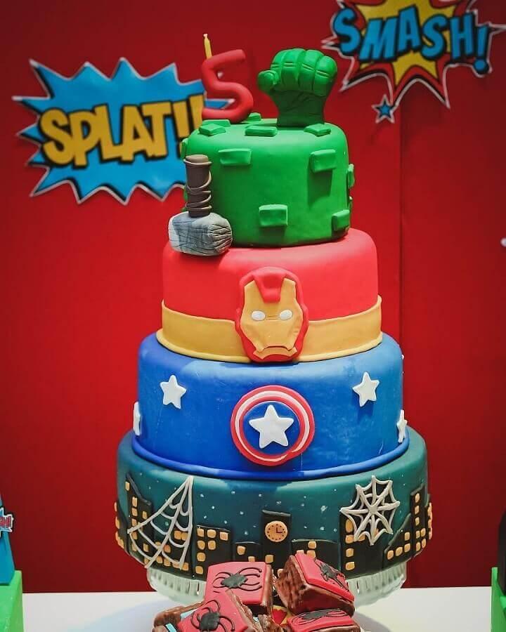 4 floor cake decoration for avengers children's party Foto Aline Rodrigues