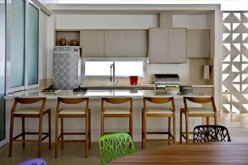 decoração de cozinha americana com banquetas modernas de madeira Foto Leo Romano