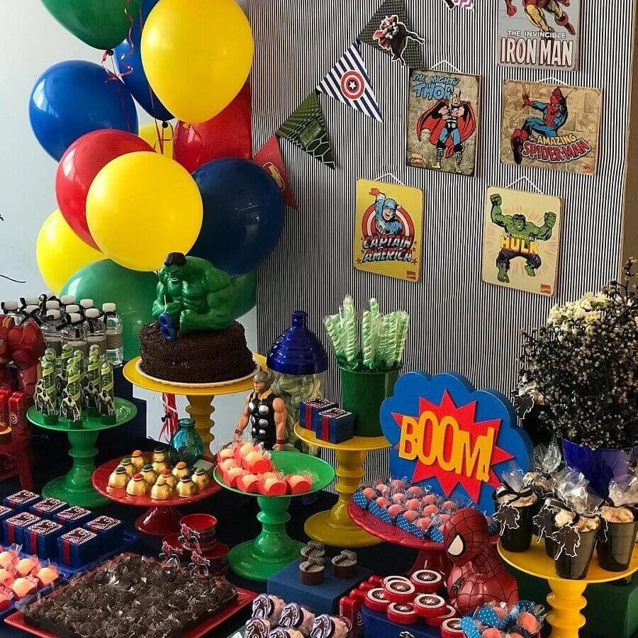 Avengers party decoration with colorful balloons and dolls of Foto Pinterest characters