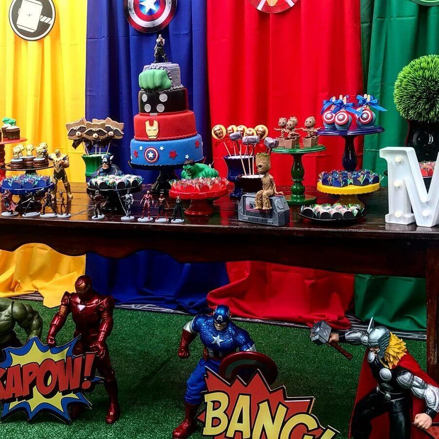 Vengeance party decoration with super heroes dolls Foto Pea Decor