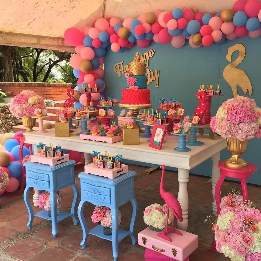 decoração de festa flamingo azul e rosa com arranjo de rosas e balões Foto Vanessa Brisetti