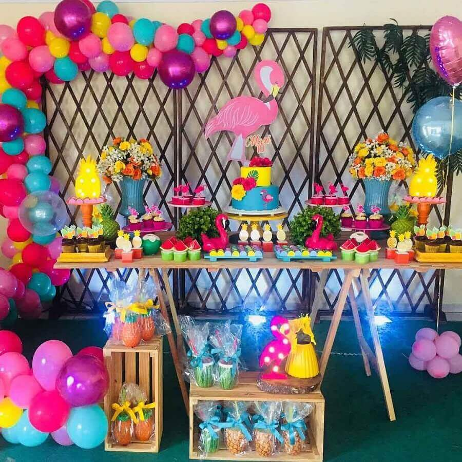 decoração de festa flamingo com arranjo de balões coloridos Foto DYL Festas