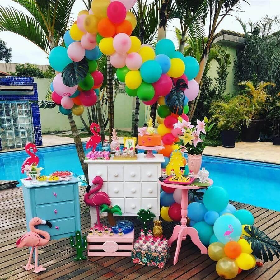 decoração de festa flamingo na piscina Foto Thata Decorações