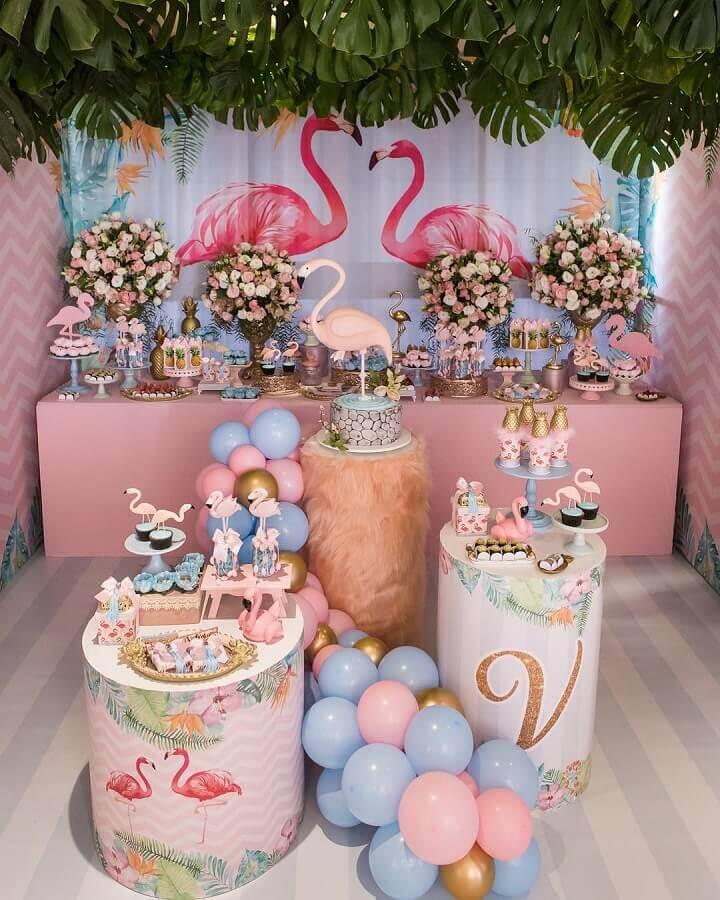 decoração de festa flamingo rosa e azul com arranjo de rosas na mesa Foto Scotti Produções