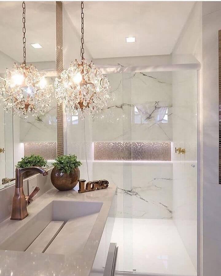 decoração de luxo para banheiro pequeno de apartamento com revestimento de mármore e pendente de cristal Foto Pinterest