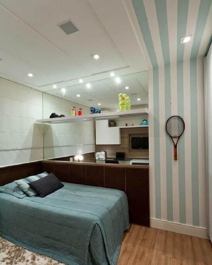 decoração de quarto juvenil com parede espelhada e papel de parede listrada Foto Mariane e Marilda Arquitetura e Interiores