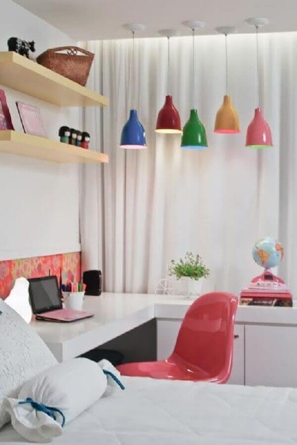 decoração de quarto juvenil com luminárias pendentes coloridas Foto Casa de Valentina