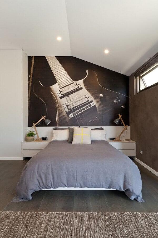 decoração de quarto juvenil masculino com papel de parede de guitarra Foto HappyModern
