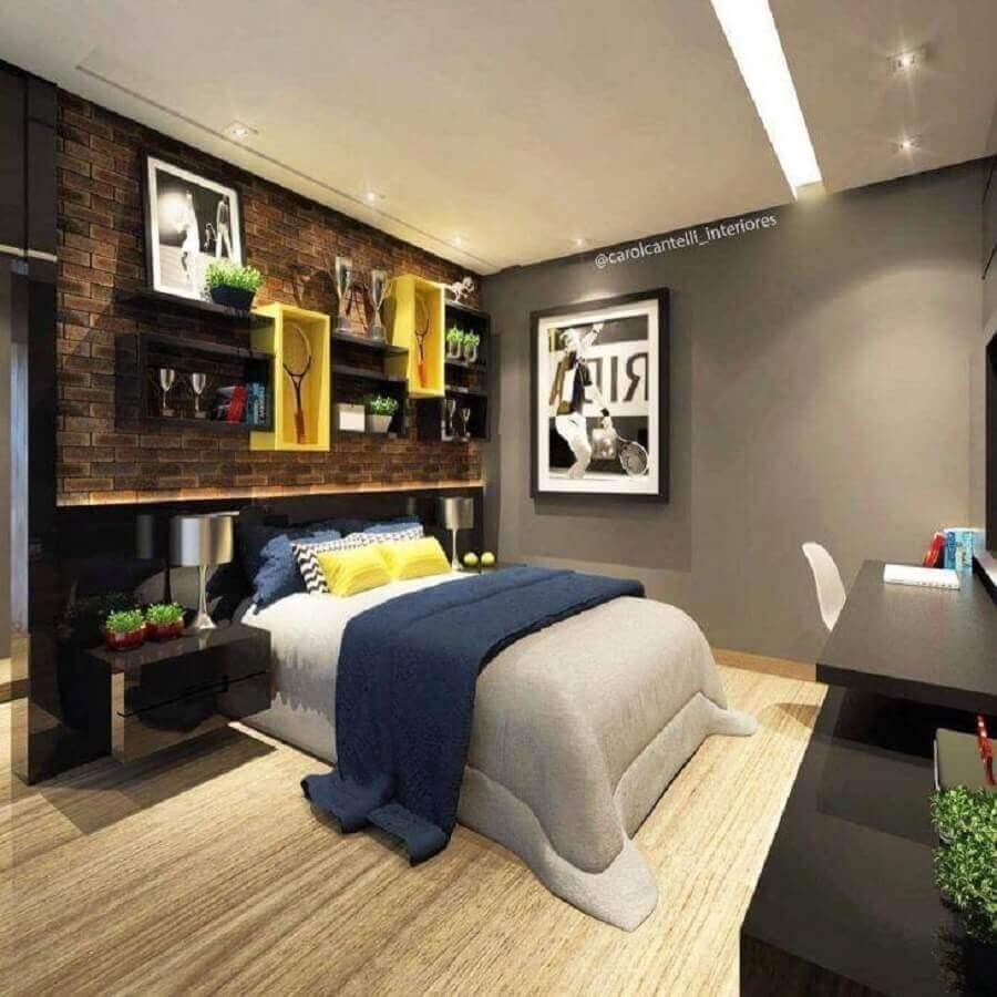 decoração de quarto juvenil masculino com papel de parede de tijolinho Foto Carol Cantelli