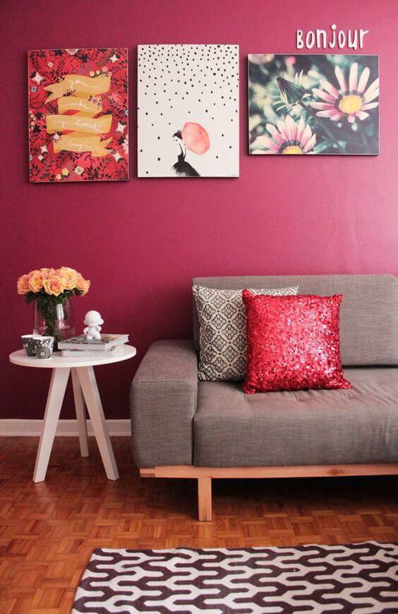 Decoração de sala vermelha com sofá cinza