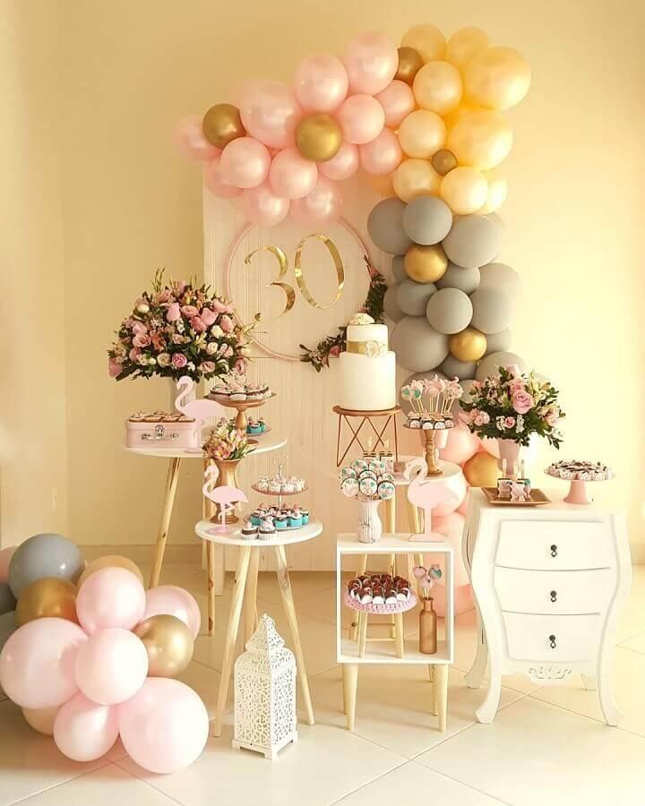 decoração em cores neutras para festa flamingo Foto Bliss Festas