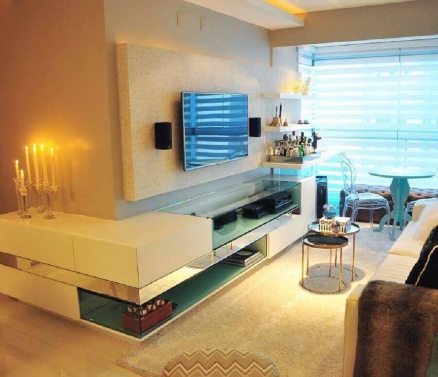 decoração em tons neutros com racks modernos com painel para sala pequena  Foto Juliana Farias Arquitetura