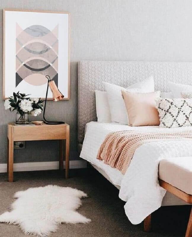 decoração em tons neutros para quarto de casal com quadro sobre criado mudo Foto Etsy