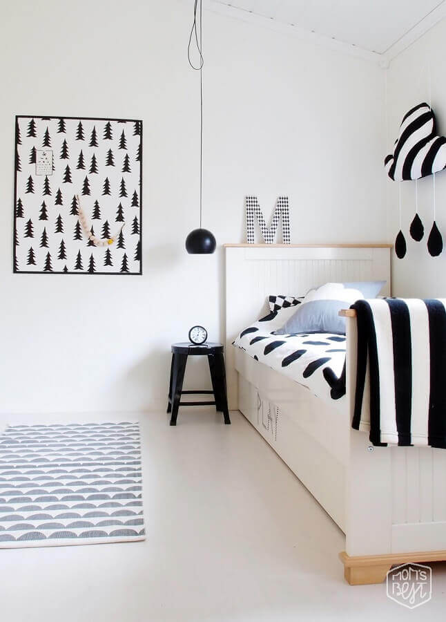 decoração minimalista com quadro preto e branco para quarto de solteiro Foto Just Real Moms