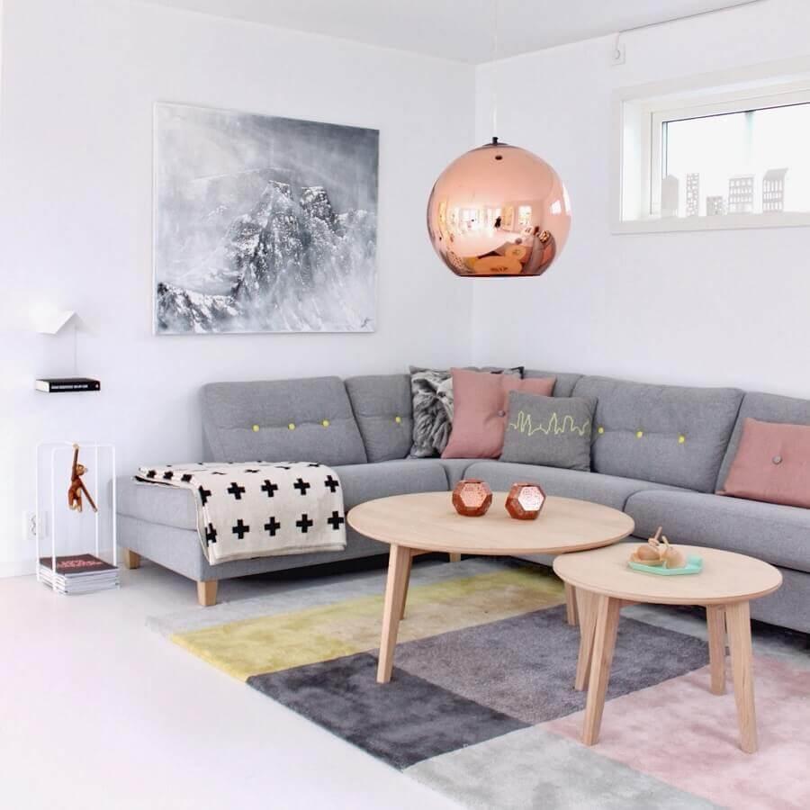 decoração minimalista para sala com sofá cinza de canto e pendente cobre rose redondo Foto We Heart It