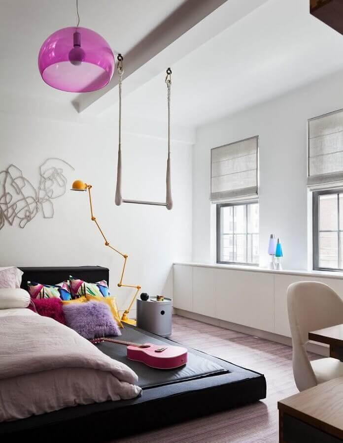 decoração moderna de quarto juvenil com lustre rosa Foto Pinterest