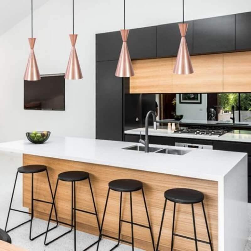 decoração moderna para cozinha planejada com ilha e luminária pendente cobre Foto Webcomunica