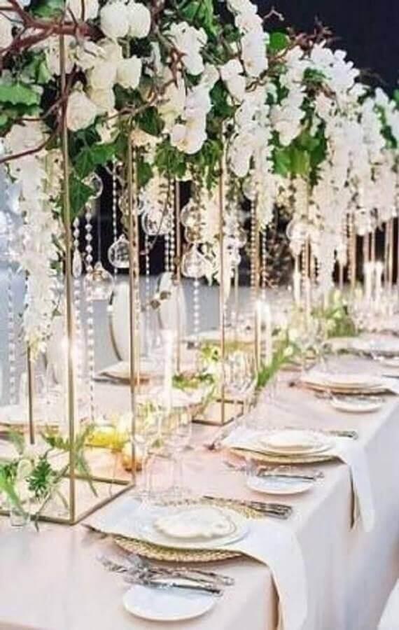 decoração moderna para festa de aniversário de casamento com flores brancas Foto Viva La Rosa
