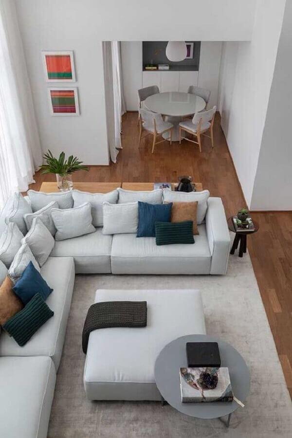 decoração moderna para sala com sofá de canto cinza com vários almofadas Foto Pinterest