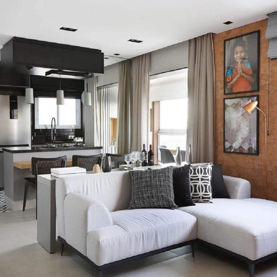 decoração para sala com parede de tijolinho e sofá com chaise branco pequeno Foto Juliana Pires Interiores