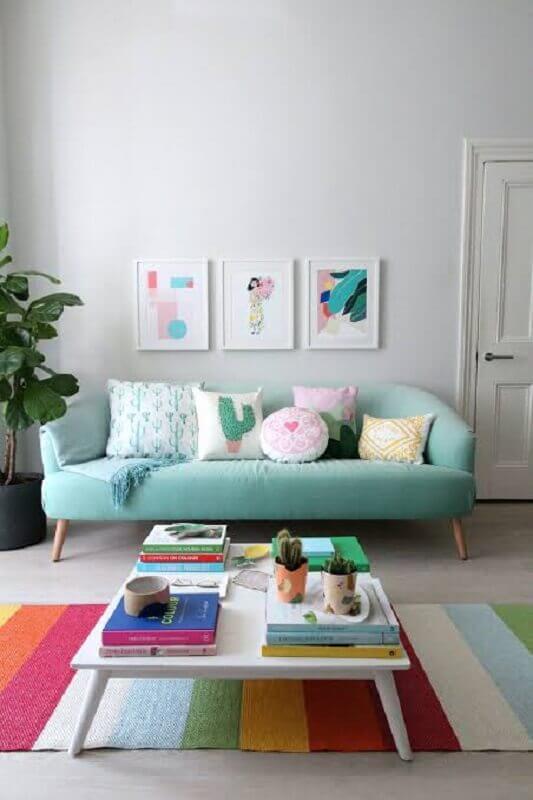 decoração para sala com tapete colorido listrado e sofá verde água retrô Foto Happy Shappy