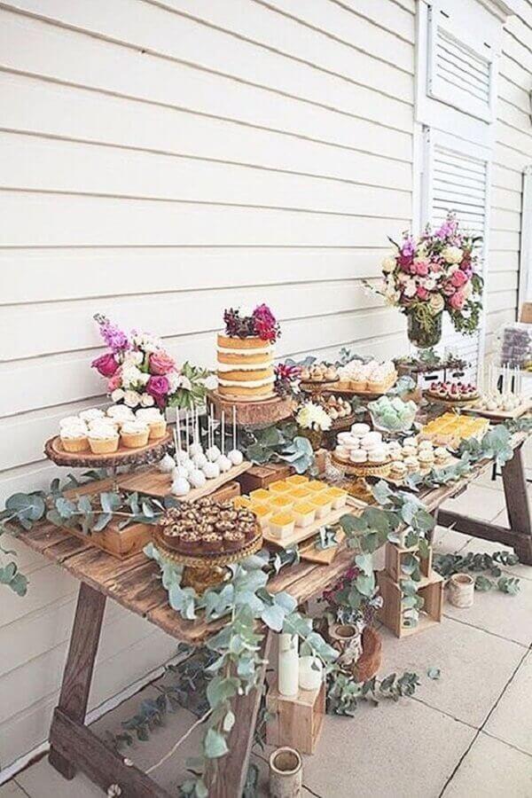 decoração rústica com flores coloridas e folhagens para festa de aniversário de casamento Foto Wedding Forward