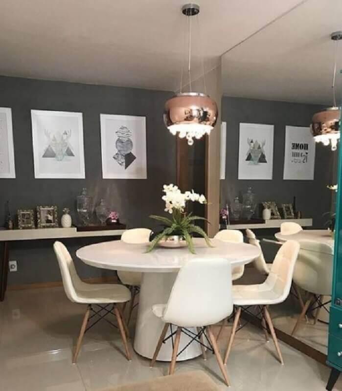 decoração sala de jantar com lustre pendente cobre e mesa branca redonda Foto Liv Decora