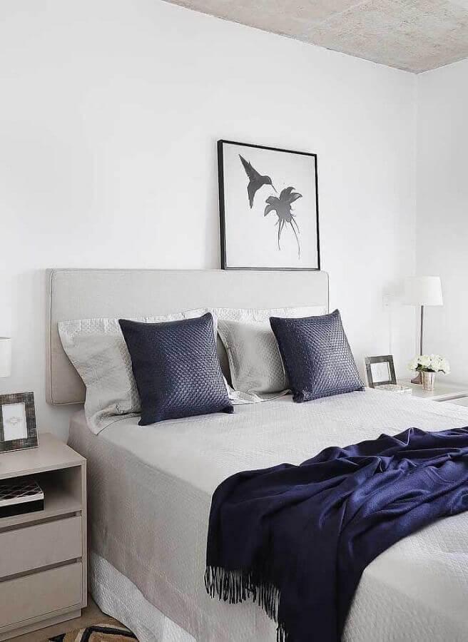 decoração simples com quadro apoiado na cabeceira da cama de casal Foto Webcomunica