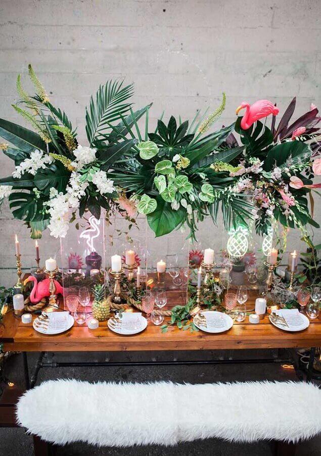 decoração sofisticada para festa flamingo com folhagens e velas Foto Pinterest
