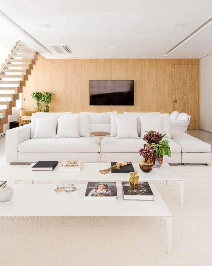 decoração sofisticada para sala ampla com sofá branco Foto Figueiredo Fischer Arquitetos