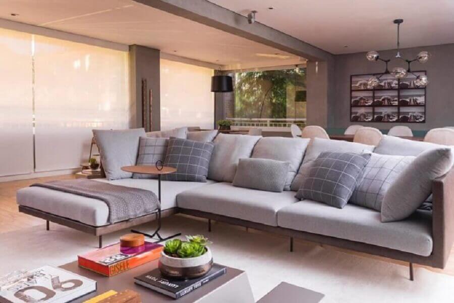 decoração sofisticada para sala ampla com sofá com chaise cinza Foto Bossa Arquitetura
