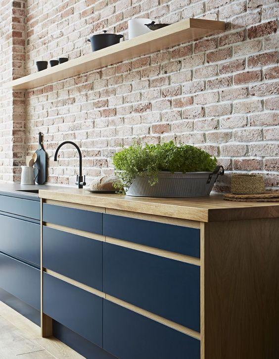 Decoração de armário com parede de tijolinho