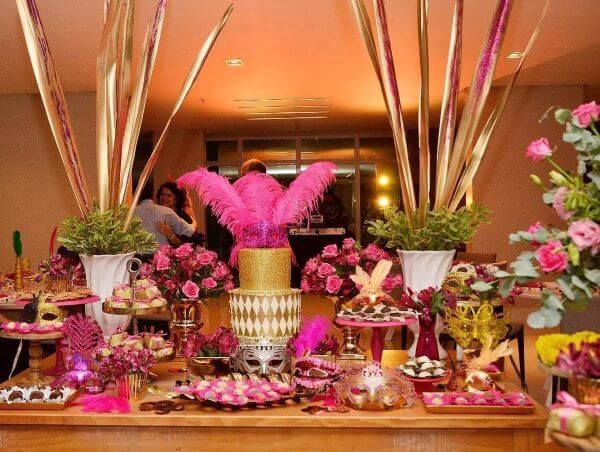 Decoração dourada e rosa no baile