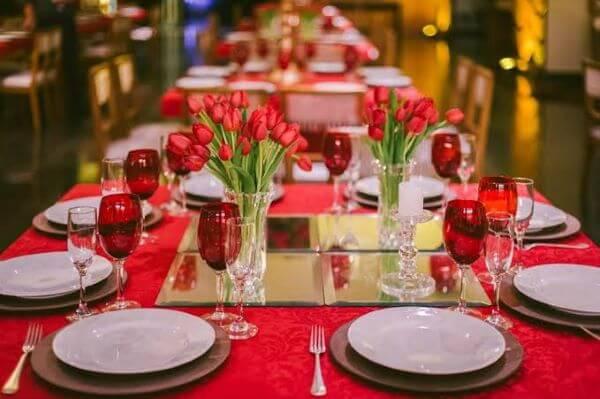 Decoração de jantar com flores vermelhas