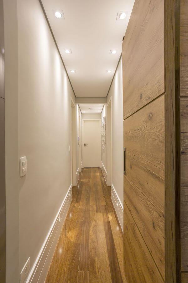 Decoração clean com piso laminado e rodapé branco