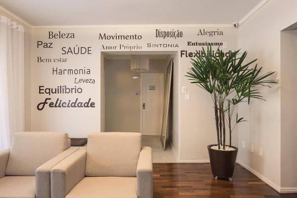 Sala clean com rodapé branco