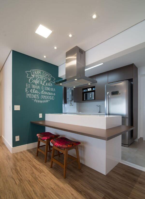 Cozinha com rodapé branco