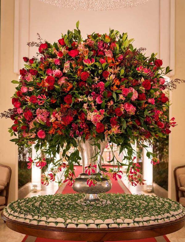 Decoração de casamento com flores vermelhas
